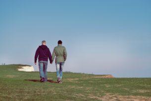 זוג הורים גאים צועדים - תמונה להמחשה